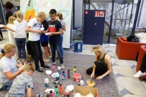 Kinder der IS Neuss malen gemeinsam mit Panknin.