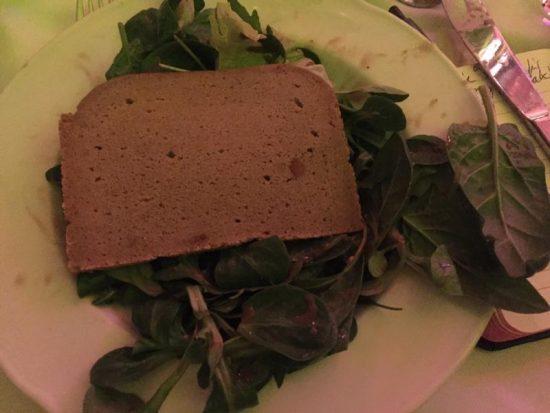 Nix für Veganer und Glutenverzichter: Ein Salat mit trockenem glutenfreiem Brot war alles, was man mir kredenzen konnte.