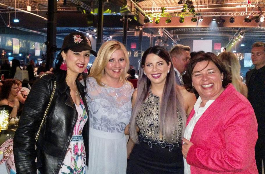 Dschungelcamp-Gewinnerin 2018 Jenny Frankhauser mit Vera Int-Veen und Alexandra Bechtel und Bloggerin Klaudija Paunovic auf der Goldene Sonne 2018