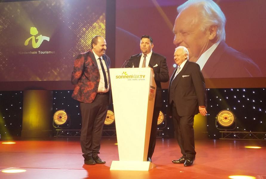 Eckart Witzigmann erhält von Johann Lafer und Tim Mäler die Goldene Sonne 2018 als Gourmetpionier