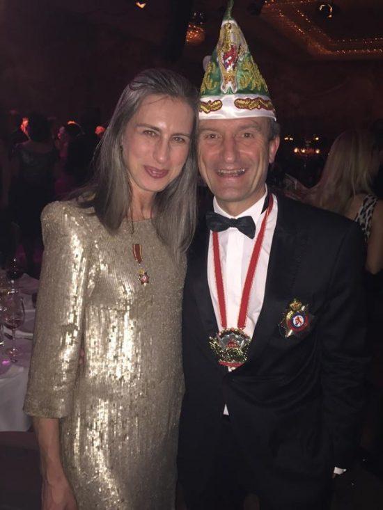 OB Thomas Geisel mit Frau Vera im goldenen Glitzertraum.