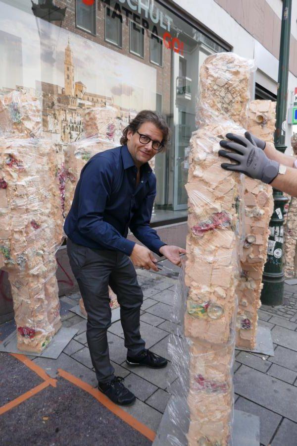 Dirk Geuer packt HA Schult Statue aus