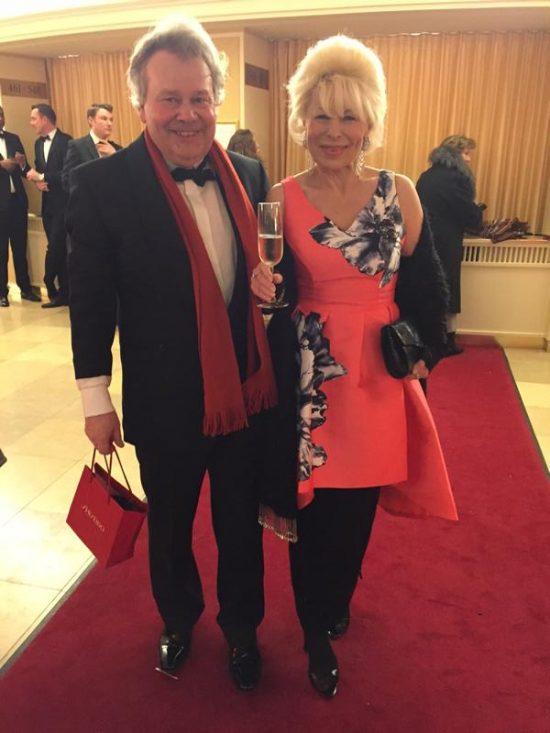Renate Blumentrath mit Champagner an der Seite von Wolfgang Gellermann.