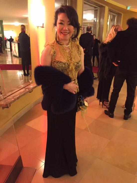 Künstlerin Winnie Wing Hungenbach in edler Abendrobe.