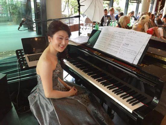 Erimami spielte vor der Show wunderschöne klassische Werke am Piano.
