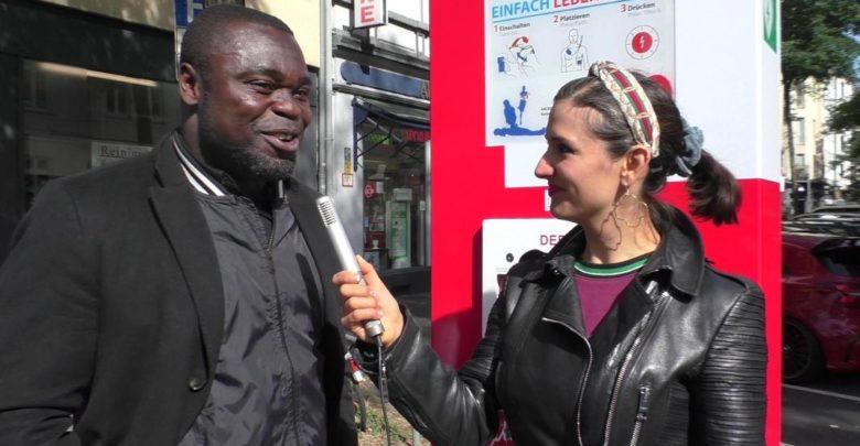 Photo of Gerald Asamoah stiftet dritte Defi-Notfall-Säule in Düsseldorf