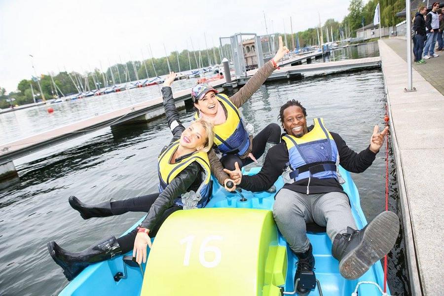 Evelyn Burdecki, Mola Adebisi und Klaudija Paunovic gemeinsam auf dem Tretboot