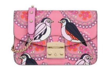8aac06da45e7b Bildschön in pink mit Vögeln und Paisley-Muster  Die Furla Metropolis für  370 Euro.