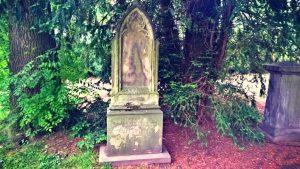 Wer will mich pflegen? Grabpaten helfen die Grabmäler sauber zu halten.