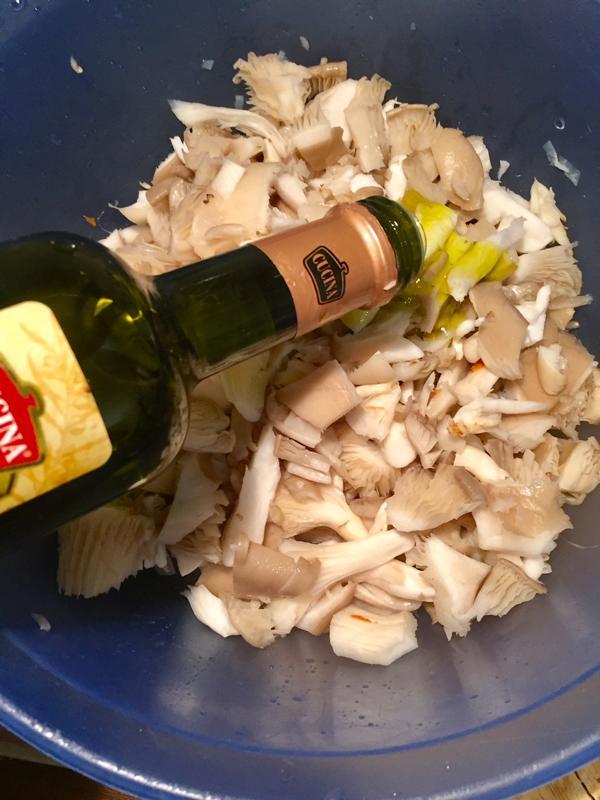 Rohkost Flammkuchen Schritt 3: Olivenöl zu den Austernpilzen zugeben