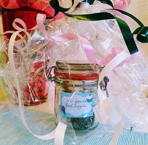 Individuelles Geschenk, selbstgemachte Badekugeln verschenken