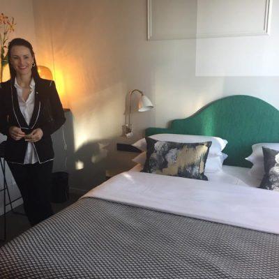 """Eva Herrmann zeigt die Zimmer im """"The Fritz""""."""